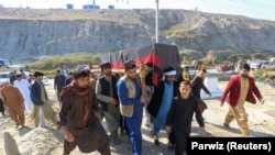 افغانستان: په جلال اباد کې د انعکاس ټي وي له درېیو وژلیو کارمندانو د یوې مړی هدیرې ته وړل کېږي. ۲۰۲۱، د مارچ ۳مه