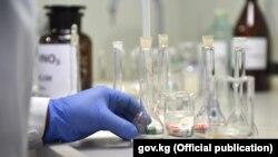 Коронавирусту аныктоо үчүн лабораториялык текшерүү учуру.