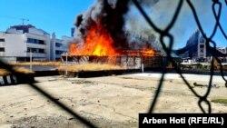Një lokal duke u djegur në qendër të Prishtinës, 4 tetor, 2021.