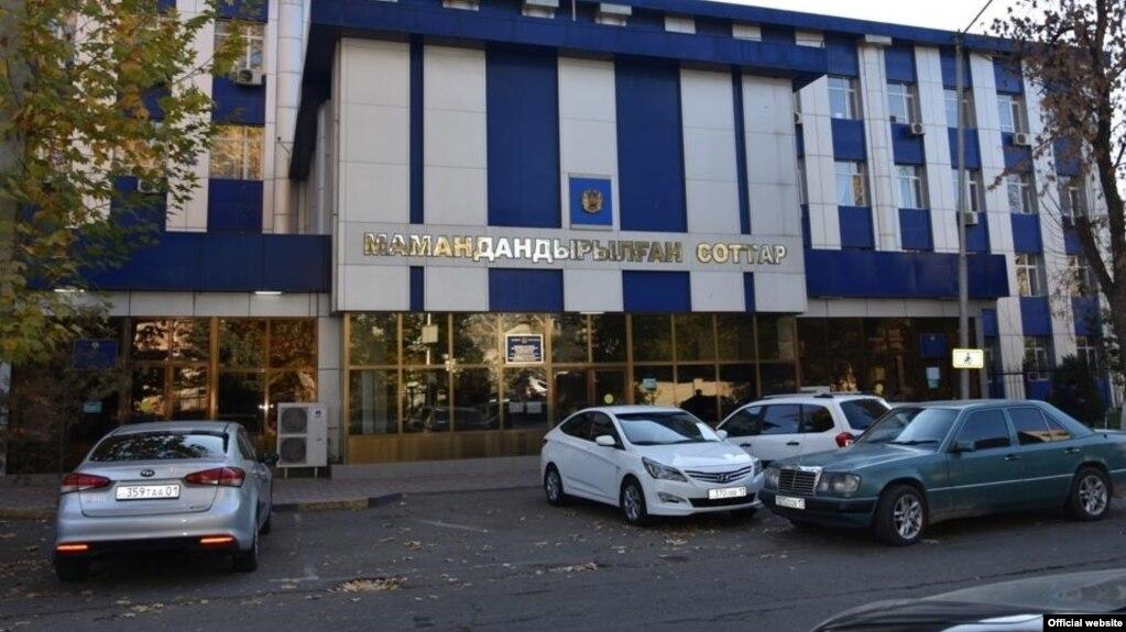 У здания суда в городе Шымкенте.