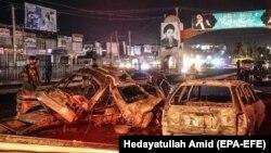 موترهایی که در اثر انفجار بمب روز پنجشنبه (۱۳ جوزا) در غرب شهر کابل کاملاً سوخته اند.