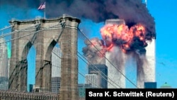Охоплені вогнем вежі-близнюки у Нью-Йорку. 11 вересня 2001 року