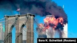 Охваченные огнем башни Всемирного торгового центра в день самого кровопролитного теракта. 11 сентября 2001 года