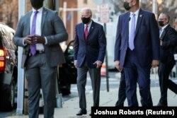 АҚШ-тың жаңа сайланған президенті Джо Байден Делавэр штаты Уилмингтон қаласындағы транзиттік штаб-пәтерінен шығып барады. 23 қараша 2020 жыл.