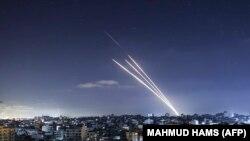 Rakéták repülnek Gázából Izrael felé 2021. május 18-án. Izrael masszív és pusztító légicsapásokkal próbálja megbénítani a területet uraló Hamász mozgalmat.