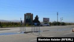Блокпост на в'їзді до Карабаху з портретом Гейдара Алієва