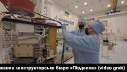 Співробітники КБ «Південне» працюють над супутником дистанційного зондування Землі «Січ-2-30»