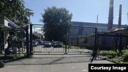 Закрытые ворота Санкт-Петербургского Речного яхт-клуба