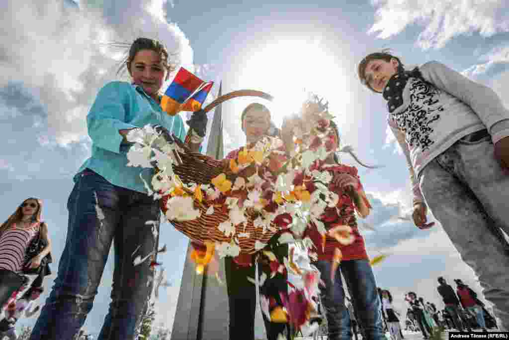 Copii aranjează petalele florilor depuse la Monumentul Genocidului Armean din Erevan, pe aleea din cadrul Complexului Memorial Tsitsernakaberd, Erevan, Armenia. Florile depuse în jurul Flăcării Eterne au fost adunate și arse în mod tradițional până în anul 2010, când s-a decis recilarea lor pentru confecționarea hârtiei, la inițiativa Fundației pentru protejarea faunei, florei și a patrimoniului cultural. Compostul este utilizat ca îngrășământ pentru grădinile monumentului, iar hârtia realizată din flori este oferită Memorialului Genocidului Armean și folosită pentru scrisorile de mulțumire.