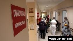 A koronavírus elleni oltásra várakoznak Miskolcon 2021. február 6-án