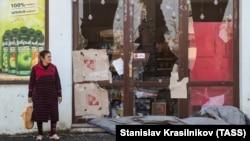 Женщина рядом с магазином, пострадавшим накануне во время обстрела Степанакерта. Нагорный Карабах, 4 ноября 2020 года