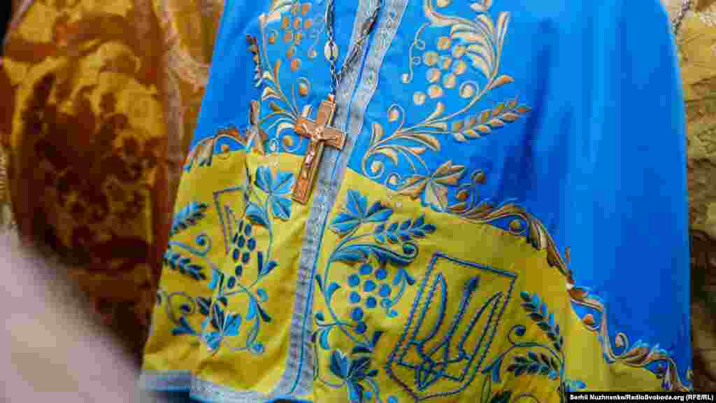 Вбрання одного із священників у синьо-жовтих кольорах