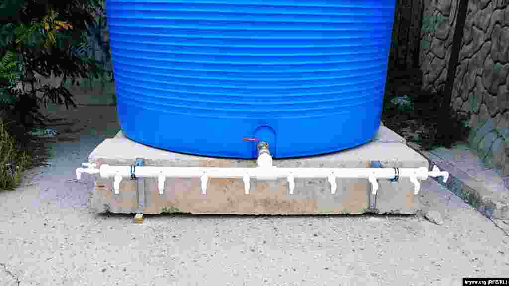 Десять пластиковых кранов установлены во избежание очередей