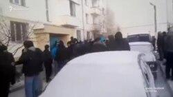 В доме крымского татарина из Бахчисарая провели обыск, его увезли в РОВД (видео)