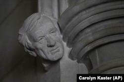 Elie Wiesel szobra a Washingtoni Nemzeti Katedrálisban