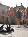 Diákok sétálnak az oxfordi Egyetem épülete előtt 2020. szeptemberében. Fotó: Reuters/TobyMelville
