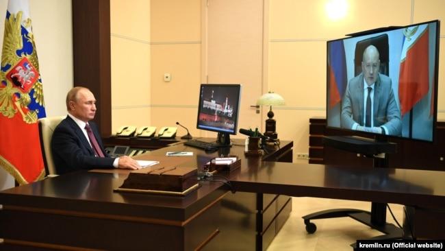 Видеоконференция президента России Владимира Путина и временно исполняющего обязанности российского главы Севастополя Михаила Развожаева