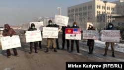 АКШнын Бишкектеги элчиси Дональд Лунун Матраимовго байланыштуу пикирин колдогон пикет. 11-декабрь, 2020-жыл.