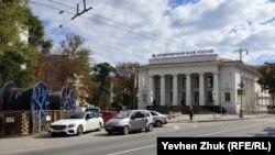 На площади у бывшего здания «Укрсоцбанка»