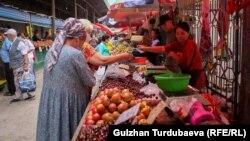 Продуктовые ряды на Ошском рынке в Бишкеке.