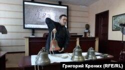 Алексей Талашкин демонстрирует коллекцию колоколов