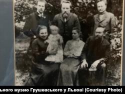 Михайло Грушевських з родиною та друзями.