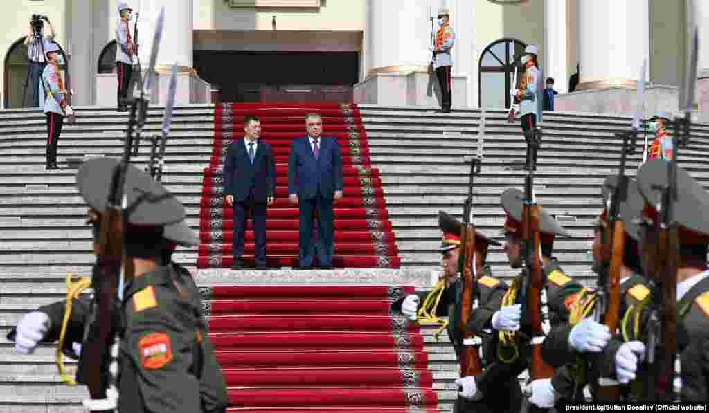 Бул эки өлкөнүн президенттеринин 55 жаранынын өмүрүн алган кыргыз-тажик чек ара жаңжалынан берки алгачкы жогорку саясий жолугушуу.