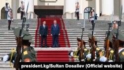 Тәжікстан басшысы Эмомали Рахмон және Қырғызстан президенті Садыр Жапаров. Дуашенбе, 29 маусым 2021 жыл.