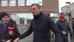 Алексей Навальний касалхонада ҳушсиз қолмоқда. Путин мухолифининг заҳарлангани тахмин қилинмоқда