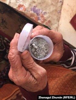 Емкость с табачным пеплом в руках у Ларисы Чернышевой