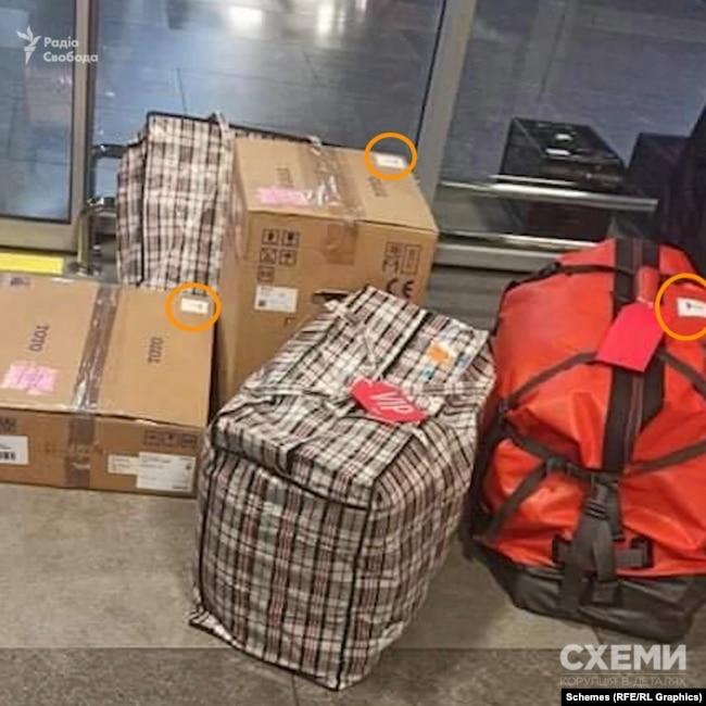Тоді Воробей перебував в українській столиці лише кілька годин, а повертався до Мінська із сумками, на кожній з яких була наліпка з літерою «Т»