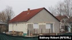 A család ebben az önkormányzati házban lakott 2013-tól 2021 januárjáig. Lakbért is fizettek az önkormányzatnak, pedig nem volt szerződésük.