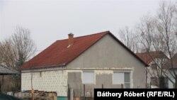 A család ebben az önkormányzati házban lakott 2013-tól 2021 januárjáig. 2020 novemberében a polgármester szankcióként korlátozta a vizet a házban. Bár ezt egyelőre nem tudni hogyan érte el, hiszen az asszonynak akkor nem volt tartozása. A vízszolgáltató titkolózik.