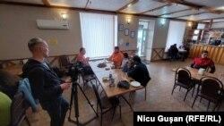 Scenă din timpul fimărilor. Afacere din Corjeuți, deschisă de un localnic reîntors în sat după mai mulți ani de muncă peste hotare.