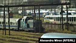 Vagoanele de călători sunt trase de locomotive vechi construite pentru trenurile de marfă, locomotive care consumă foarte mult și produc pierderi.