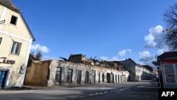 Уништени згради и напуштена улица во Петриња, февруари 2021 година.