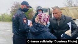 Rusiye politsiyası «Hizb ut-Tahrir davasınıñ» mabüsi Rustem Emiruseinovnıñ anasınıñ bir kişilik paketini toqtata, 2020 senesi oktâbrniñ 31-i