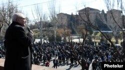 Liderul opoziției, Vazgen Manukian, se adresează protestatarilor participanți la manifestație, 26 februarie 2021