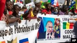 """Демонстрация сторонников сближения с Россией и разрыва с Францией в столице Бамако в день независимости Мали. На плакатах написано """"Путин – это дорога в будущее"""". 22 сентября 2020 года"""