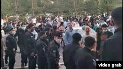 Разгневанная толпа у входа в здание, где проходила встреча, организованная группой Feminita, 28 июля 2021 года