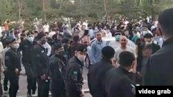 Feminita тобының кездесуі өткен ғимарат алдына жиналған наразы топ пен олардың жолын бөгеп тұрған полиция жасағы. Қарағанды, 28 шілде 2021 жыл.