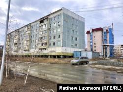 A jakutföldi házakat a mélyen a permafrosztba fúrt cölöpökre építik