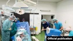 Докторите и се поклонуваат на младата девојка чие семејство одлучи да ги донира нејзините органи.