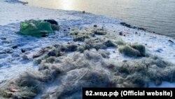 В полиции опубликовали фото изъятых сетей, надувной лодки, а также около тонны незаконно выловленной рыбы