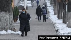 Женщина идет по улице в Алматы, 9 декабря 2020 года.