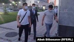 Азамата Дыйканбаева ведут в суд. 20 мая 2021 года.