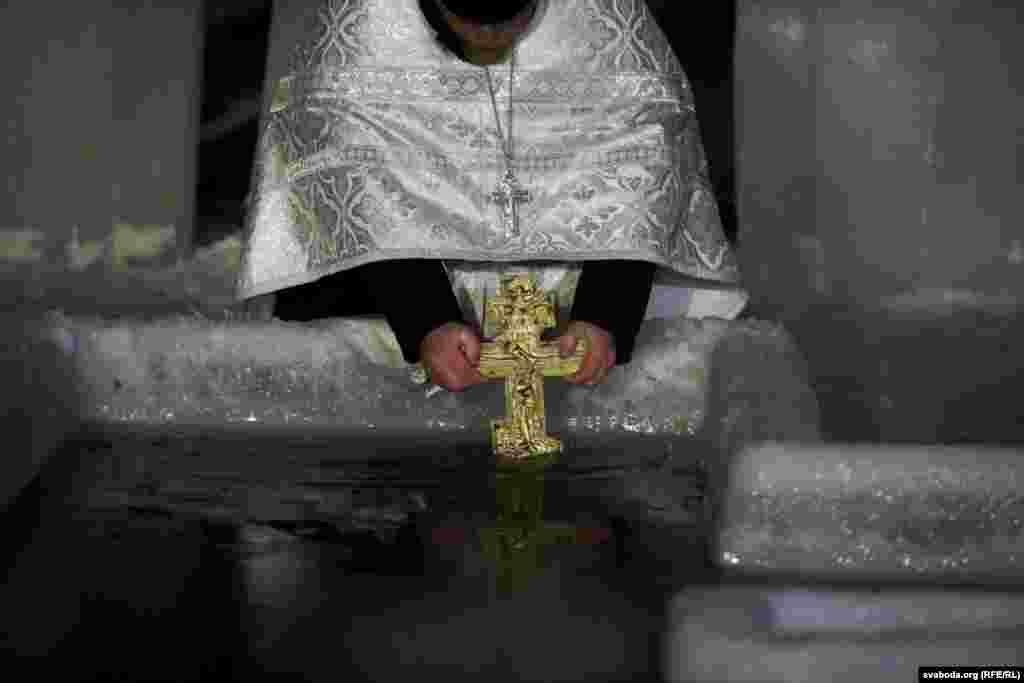 Священник освячує воду в Мінську, Білорусь