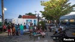 Жители Гаити возле здания больницы