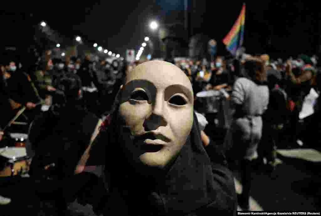 Демонстрант у масці під час акції протесту біля будинку лідера партії«Право і справедливість» Ярослава Качинського у Варшаві, 23 жовтня 2020 року