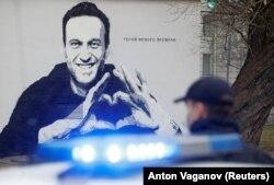 Түрмеде отырған ресейлік оппозиционер, Кремль сыншысы Алексей Навальныйге салынған мурал. Санкт-Петербург, 2021 жылдың сәуірі.